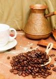 Granos de café en la tabla Fotos de archivo libres de regalías