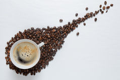 Granos de café en la tabla blanca Fotografía de archivo