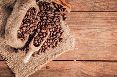 Granos de café en la tabla de madera Imágenes de archivo libres de regalías