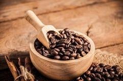 Granos de café en la tabla de madera Imagen de archivo