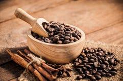 Granos de café en la tabla de madera Imagen de archivo libre de regalías