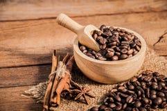 Granos de café en la tabla de madera Foto de archivo