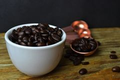 Granos de café en la taza blanca Fotografía de archivo libre de regalías