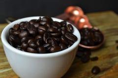 Granos de café en la taza blanca Fotos de archivo libres de regalías