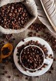 Granos de café en la taza blanca Imágenes de archivo libres de regalías