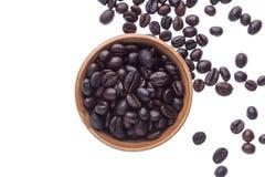 Granos de café en la taza de cerámica aislada en el fondo blanco Imagen de archivo