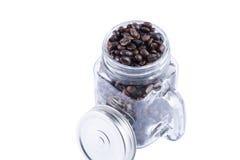 Granos de café en la taza de cristal Imágenes de archivo libres de regalías