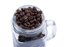Granos de café en la taza de cristal Imagen de archivo libre de regalías