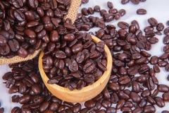 Granos de café en la taza de madera Fotografía de archivo libre de regalías