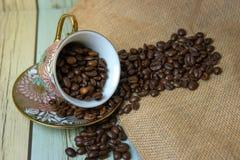 Granos de café en la taza en el saco (Aún estilo de vida) Imágenes de archivo libres de regalías