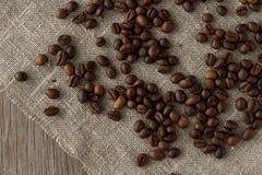 Granos de café en la visión superior de lino Foto de archivo libre de regalías