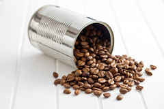 Granos de café en poder de estaño Imagenes de archivo