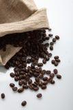 GRANOS DE CAFÉ EN SACO Fotografía de archivo