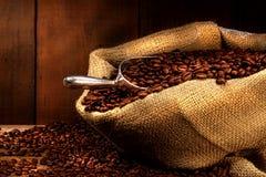 Granos de café en saco de la arpillera Imagen de archivo