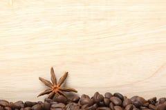 Granos de café en superficie de madera Fotografía de archivo