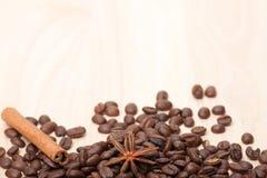 Granos de café en superficie de madera Fotos de archivo libres de regalías