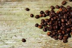 Granos de café en superficie de madera Foto de archivo libre de regalías