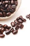 Granos de café en tazón de fuente fotografía de archivo libre de regalías