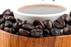 Granos de café en tazón de fuente de madera Fotografía de archivo