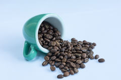 Granos de café en taza Imagen de archivo libre de regalías
