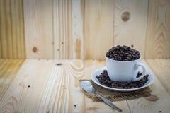 Granos de café en taza Fotos de archivo