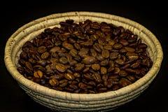 Granos de café en taza Fotos de archivo libres de regalías