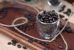 Granos de café en taza del café express fotos de archivo