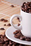 granos de café en tazas de café imagenes de archivo