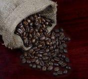 Granos de café en un bolso Imagenes de archivo