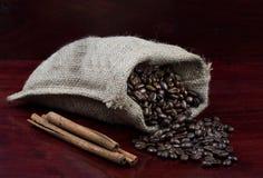 Granos de café en un bolso Imágenes de archivo libres de regalías