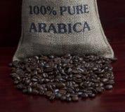 Granos de café en un bolso Foto de archivo