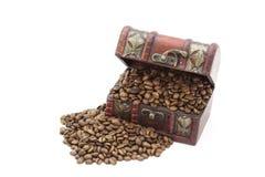 Granos de café en un cofre del tesoro imagen de archivo