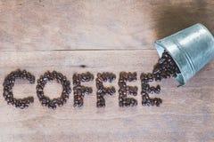 Granos de café en un cubo del metal, Fotos de archivo