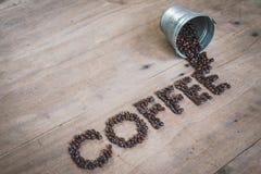 Granos de café en un cubo del metal Imagenes de archivo