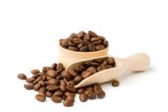 Granos de café en un cuenco y una pala de madera fotografía de archivo libre de regalías