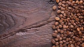 Granos de café en un escritorio de madera viejo Arabica y habas robusta Visión superior con un espacio de la copia para su texto  Imagenes de archivo