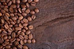 Granos de café en un escritorio de madera viejo Arabica y robusta Visión superior con un espacio de la copia para su texto Concep Fotografía de archivo libre de regalías