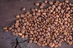 Granos de café en un escritorio de madera viejo Opinión superior los granos de café con un espacio de la copia para su texto Fond Fotografía de archivo libre de regalías