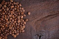 Granos de café en un escritorio de madera viejo Visión superior con un espacio de la copia para su texto Fondo del café árabe y r Fotos de archivo libres de regalías