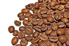 Granos de café en un fondo blanco Imagen de archivo libre de regalías