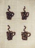 Granos de café en un fondo de la tela de lino Imágenes de archivo libres de regalías