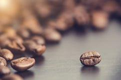 Granos de café en un fondo negro Granos de café de la levitación Producto granuloso Bebida caliente Cierre para arriba Cosecha Fo fotografía de archivo libre de regalías