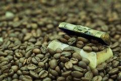 Granos de café en un pequeño cofre del tesoro imágenes de archivo libres de regalías