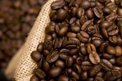 Granos de café en un saco imagenes de archivo