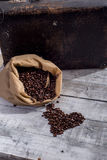 Granos de café en un saco Fotografía de archivo