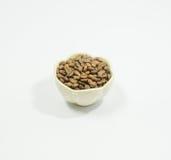 Granos de café en un tarro blanco Fotos de archivo libres de regalías