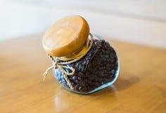 Granos de café en una botella fotos de archivo libres de regalías