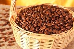 Granos de café en una cesta de mimbre fotos de archivo