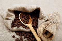 Granos de café en una cuchara. Fotos de archivo libres de regalías