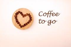 Granos de café en una forma de un corazón Imagen de archivo libre de regalías